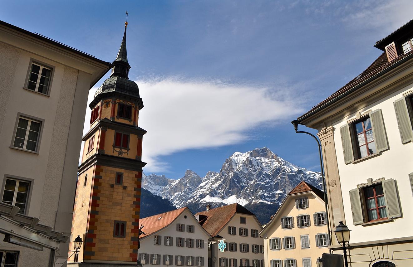 Blick auf den Rathausplatz beim Telldenkmal in Altdorf, Kanton Uri