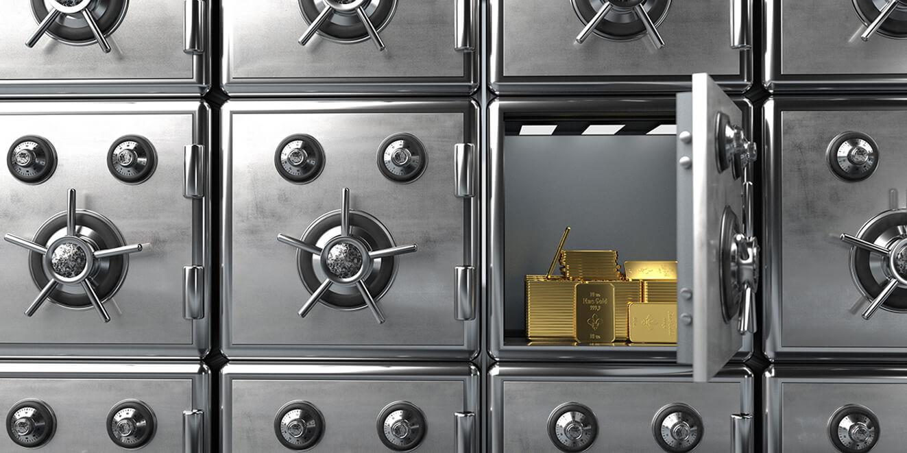 Bild von mehreren Tresoren, in einem offenen liegen Goldbarren
